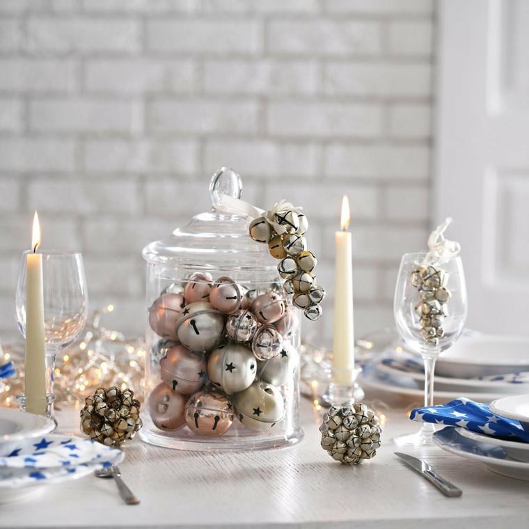 centrotavola con palline di natale pigne colorate di argento tavola natalizia apparecchiata