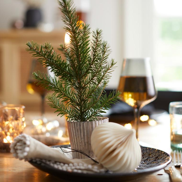 centrotavola con palline di natale vaso con albero sempreverde tavola natalizia apparecchiata