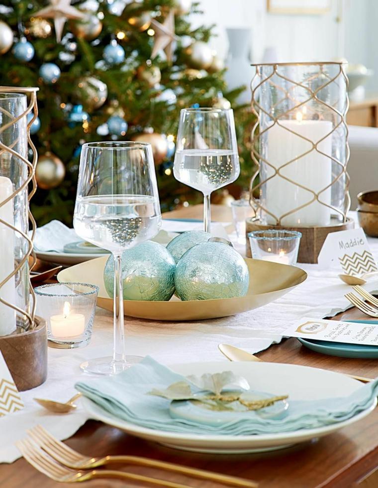 centrotavola con palline natalizie apparecchiare tavola natale decorazione con candele