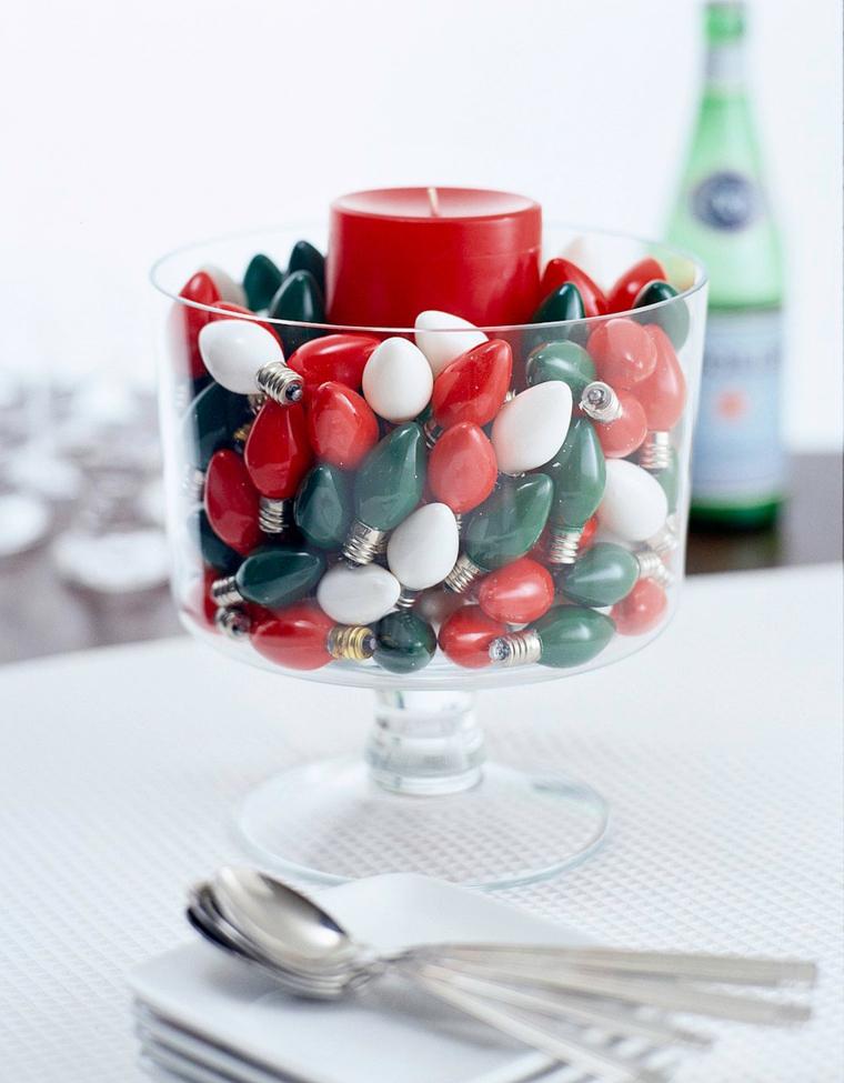centrotavola fai da te natalizio calice di vetro grande con candela rossa e lampadine