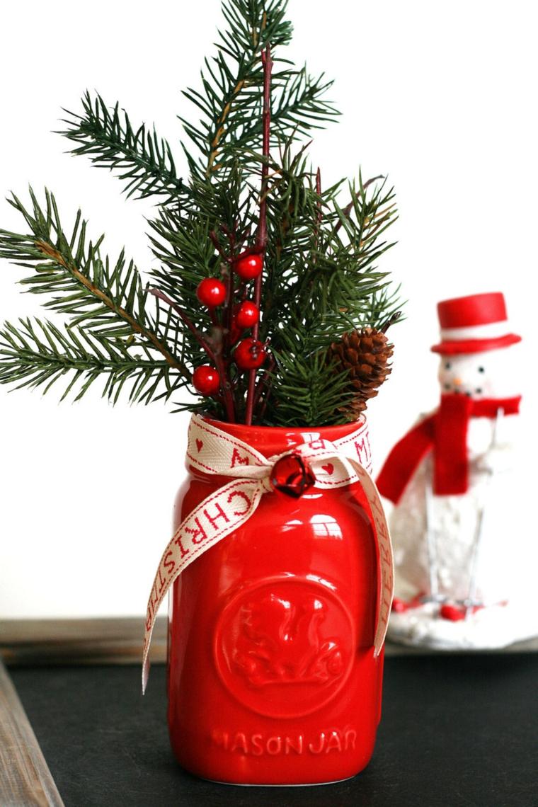 centrotavola natalizi facili da realizzare barattolo di vetro dipinto con rametti verdi e bacche