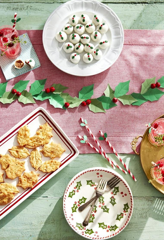 centrotavola natalizi facili da realizzare ghirlanda di foglie di carta e bacche