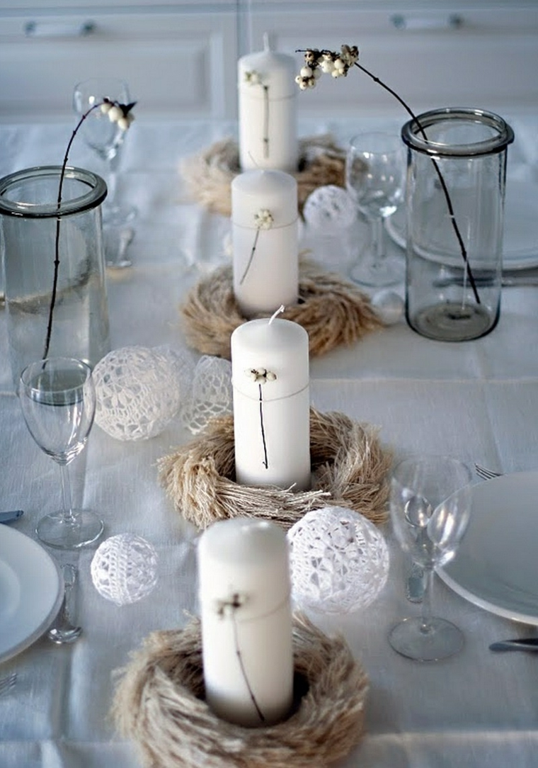 centrotavola natalizi fai da te con pigne e candele cestini di rametti e palline bianche