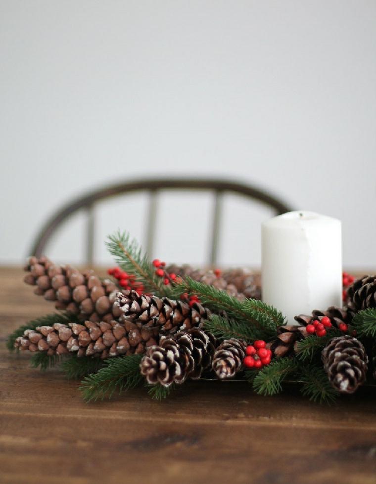 centrotavola natalizi fai da te con pigne e candele composizione con bacche e rametti
