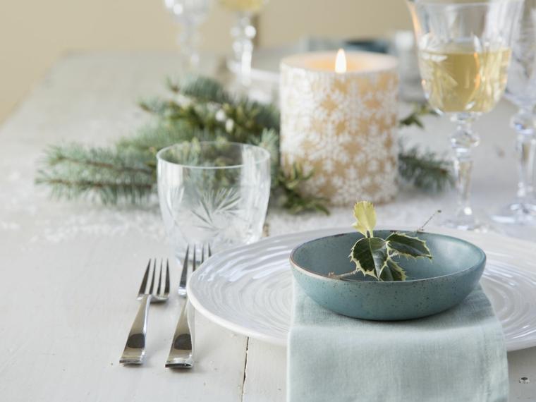 centrotavola natalizio candela con rametti di abete segnaposto personalizzato con fogliame