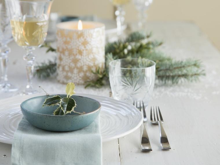 centrotavola natalizio con candele tavola natalizia apparecchiata rametti verdi al centro