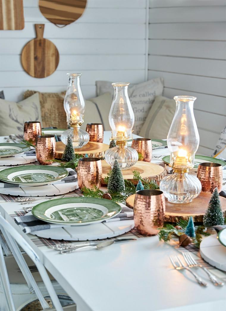 centrotavola natalizio con tronco tavola di natale apparecchiata candele e mini alberelli
