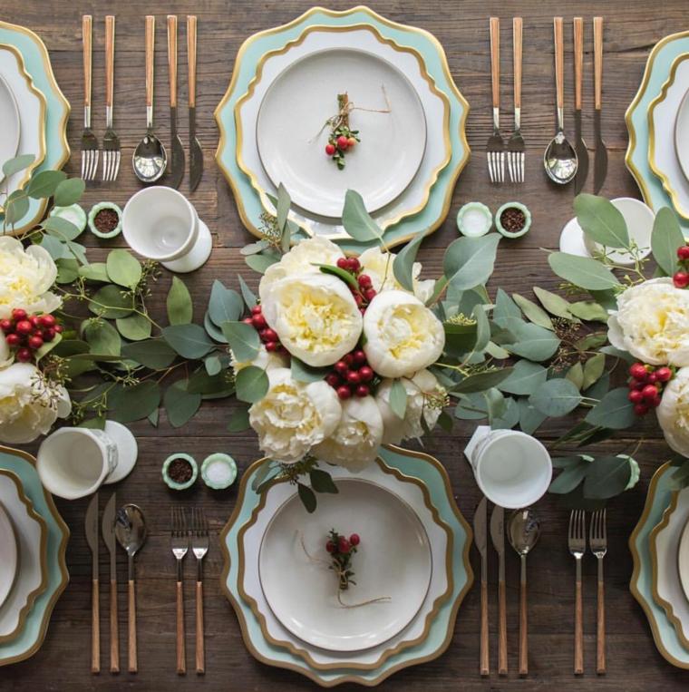 centrotavola natalizio vaso bouquet di fiori fogliame decorazione per pranzo di natale