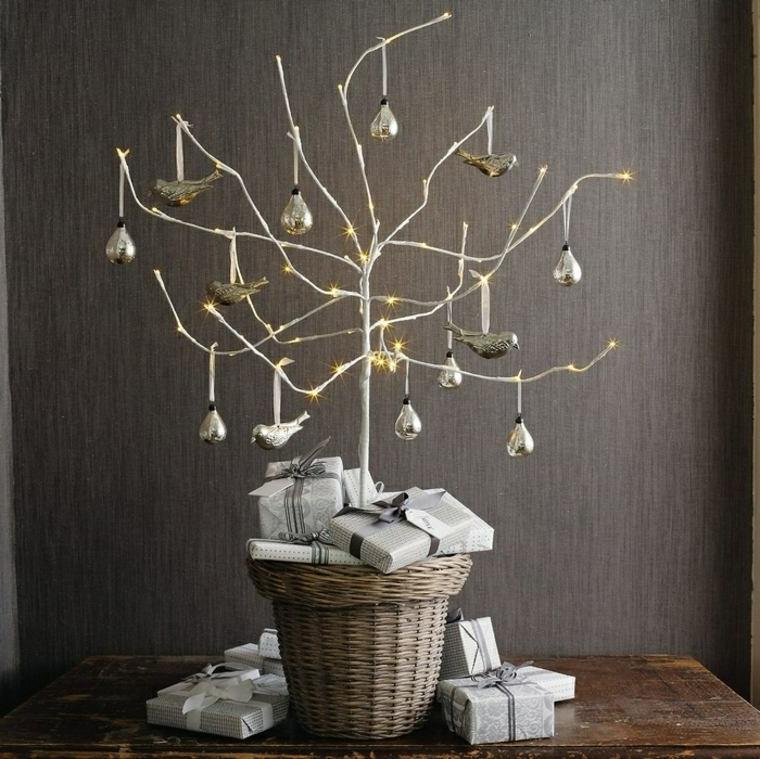 cesto di rattan con rami dipinti di bianco decorazioni natalizie con palline di argento