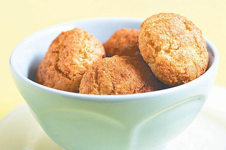 ciotola di porcellana con biscotti di natale dolci pugliesi da fare in casa