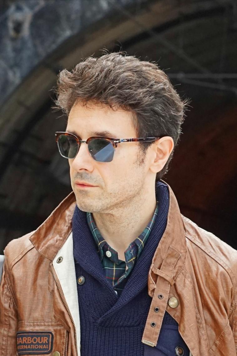ciuffo taglio capelli uomo acconciatura mossa di colore castano uomo con occhiali da sole