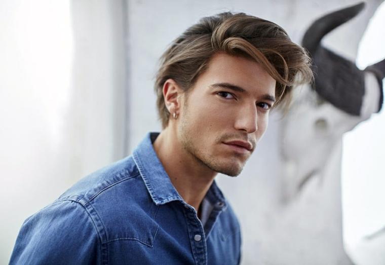 ciuffo taglio capelli uomo ragazzo con acconciatura colore biondo sfumato