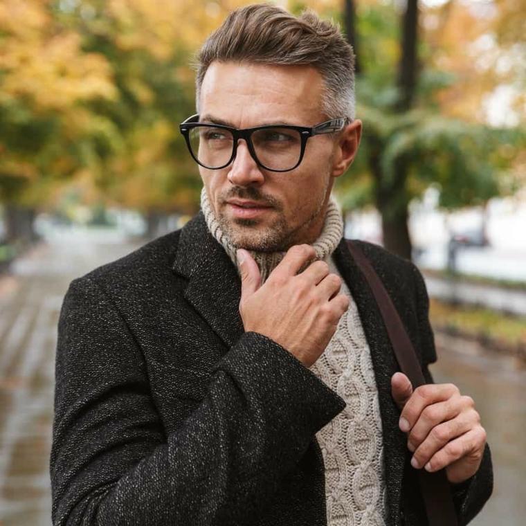 ciuffo taglio capelli uomo uomo con occhiali da vista acconciatura mossa
