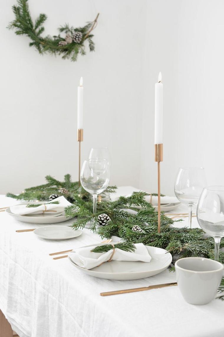 come apparecchiare la tavola a natale centrotavola con rametti verdi e candele