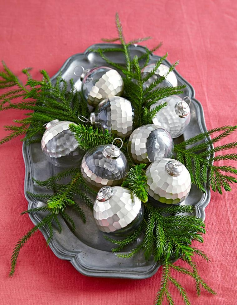 come apparecchiare la tavola a natale fai da te piatto di argento con palline e rametti verdi