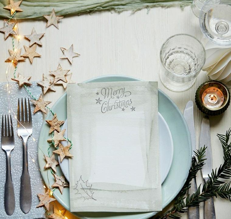 come decorare la tavola di natale tovagliolo bianco con scritta filo di lucine e stelle di legno