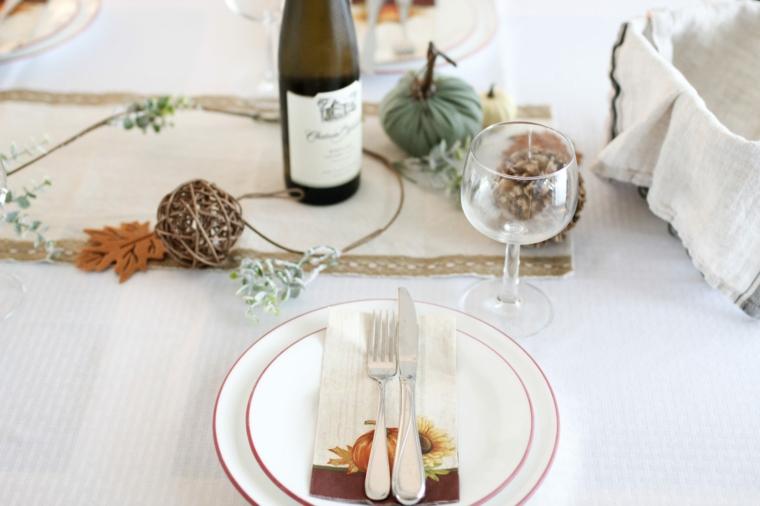 come decorare la tavola di natale tovagliolo con print centrotavola ramo con foglie e palline