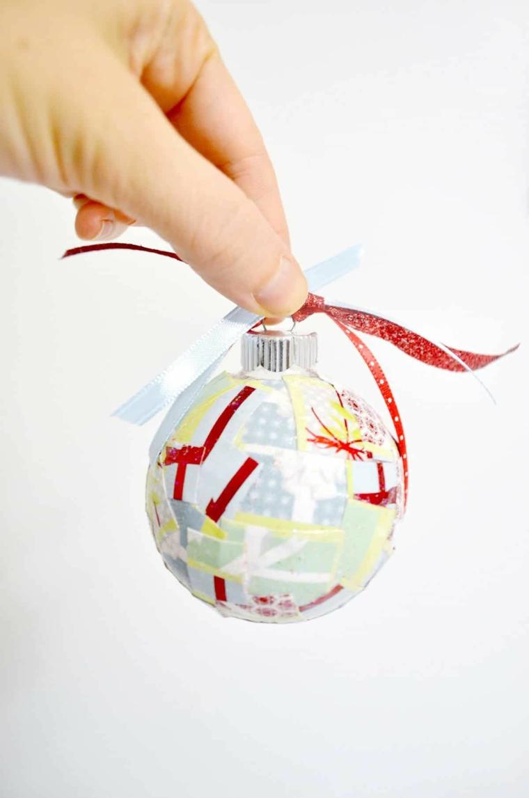 composizioni natalizie fai da te pallina trasparente con decoupage
