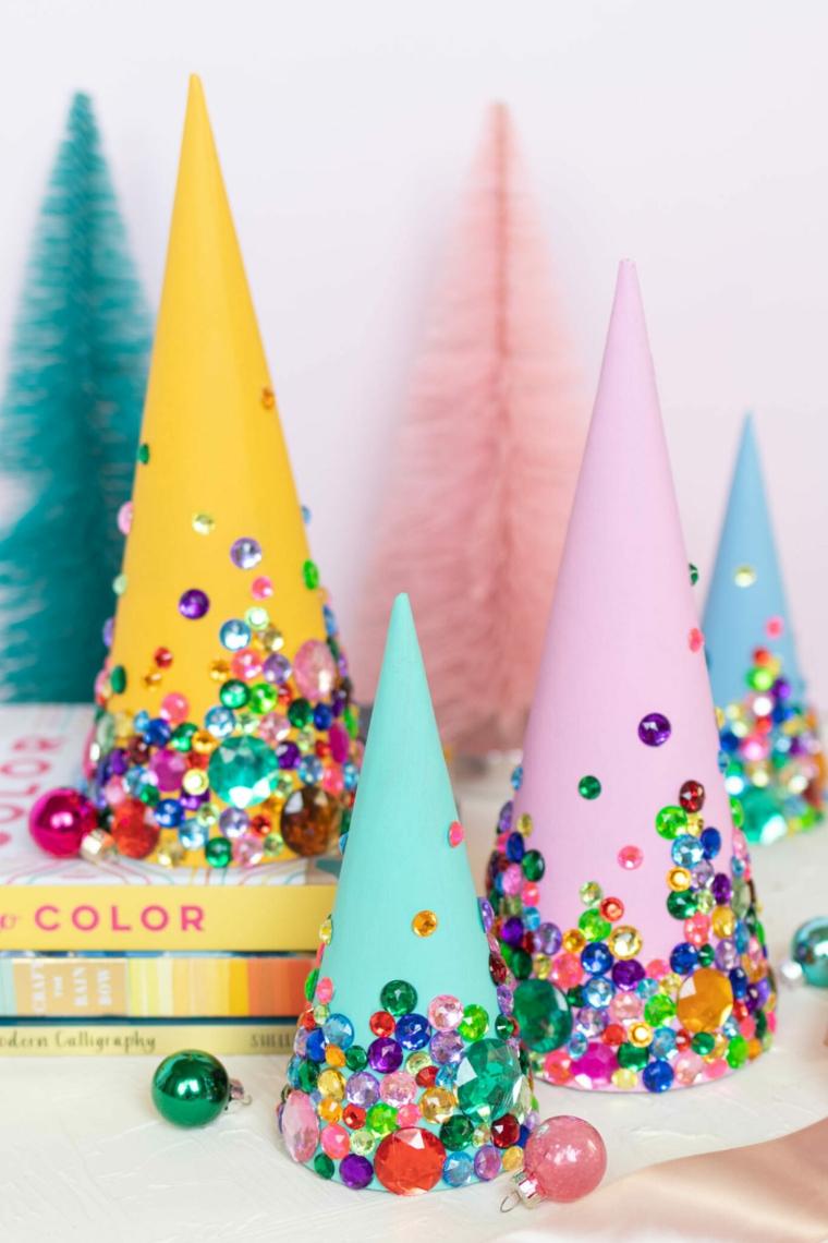 coni di carta colorati decorati con brillantini addobbi di natale fai da te 2020