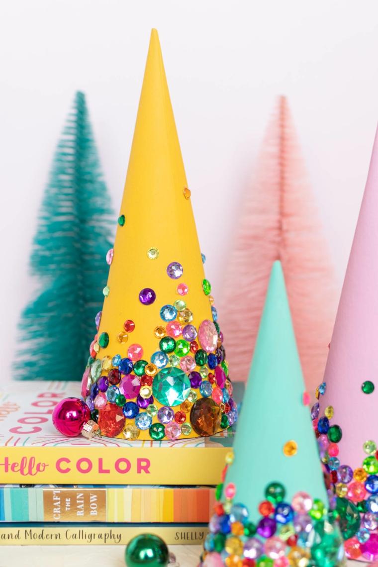 cono di carta dipinto decorato con brillantini albero natale alternativo