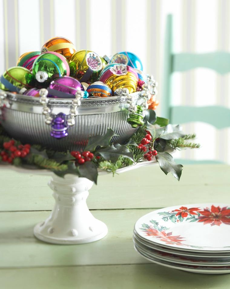 contenitore di ceramica con palline colorate e ghirlande tavola da apparecchiare per natale