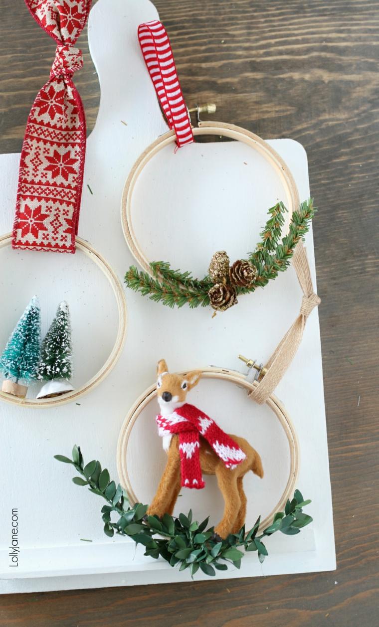corona di legno con ornamenti natalizi fai da te lavoretti di natale facili