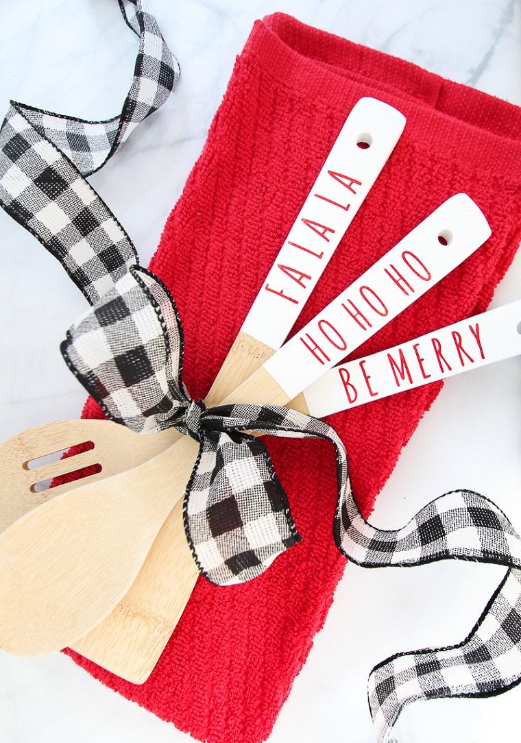 cosa farsi regalare a natale mestoli di legno personalizzati con scritte natalizie