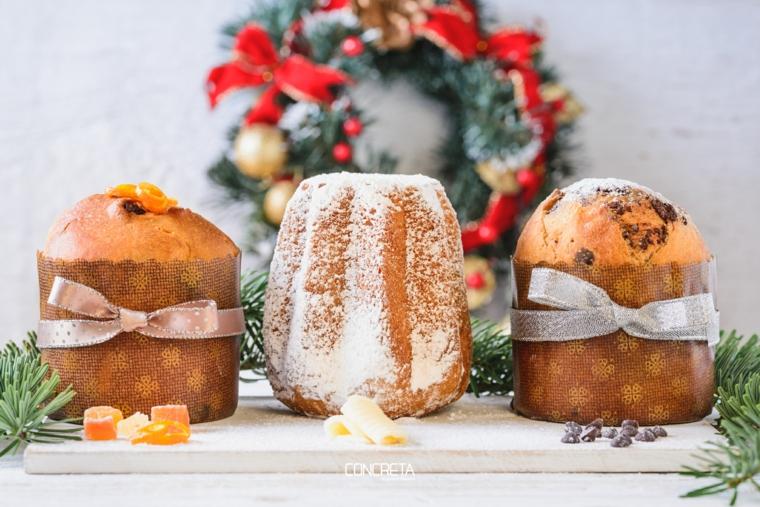 decorazione tavola natalizia con panettone con gocce di cioccolato pandoro classico
