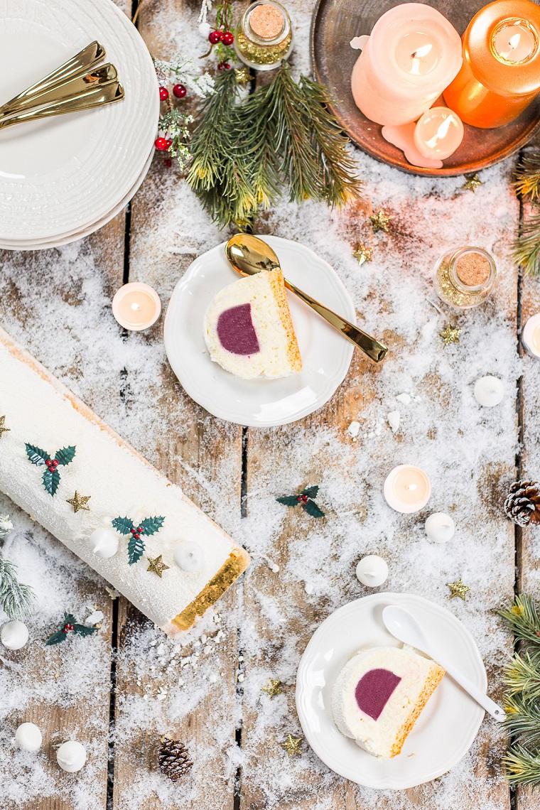 dolce natalizio servito in piattini tronchetto di natale veloce con purea di lamponi