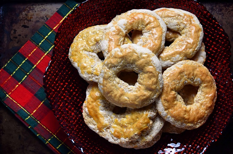 dolci di natale tipici italiani roccocò con farina e mandorle piatto con biscotti