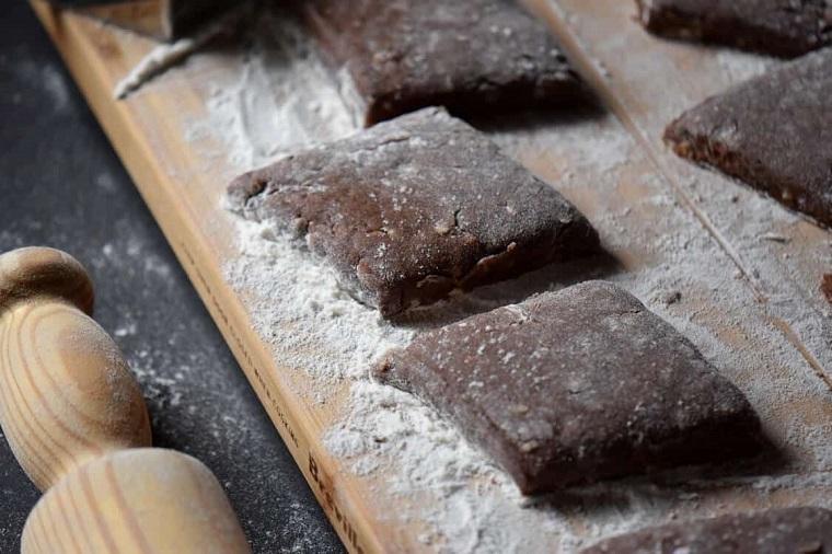 dolci natalizi campani mostaccioli napoletani con farina di mandorle e cacao
