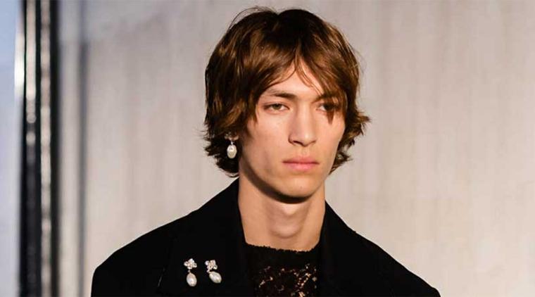 effetto spettinato tagli corti uomo con capelli castani con frangia centrale