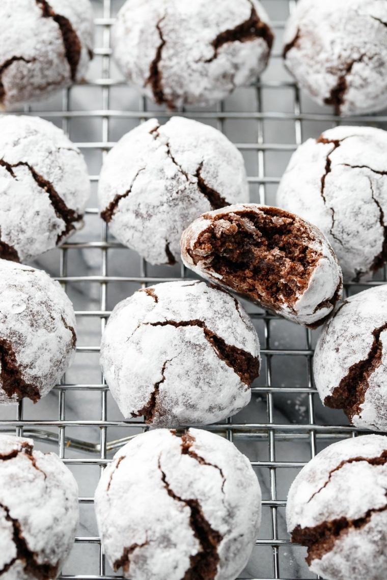 griglia di metallo con amaretti coperti di zucchero a velo dolci tradizionali italiani