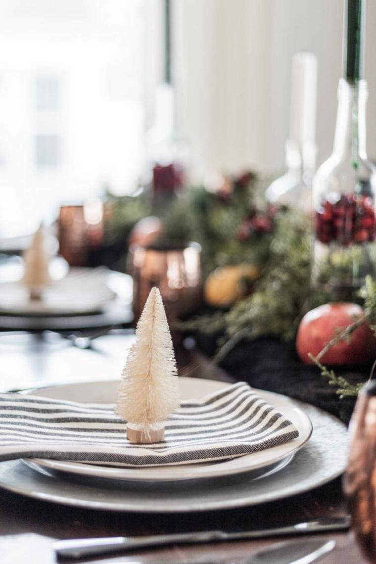 idee per apparecchiare la tavola segnaposto con mini alberello bianco bottiglie di vetro con candele