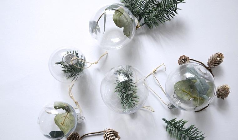 idee regali di natale fai da te palline trasparenti con rametti verdi e foglie