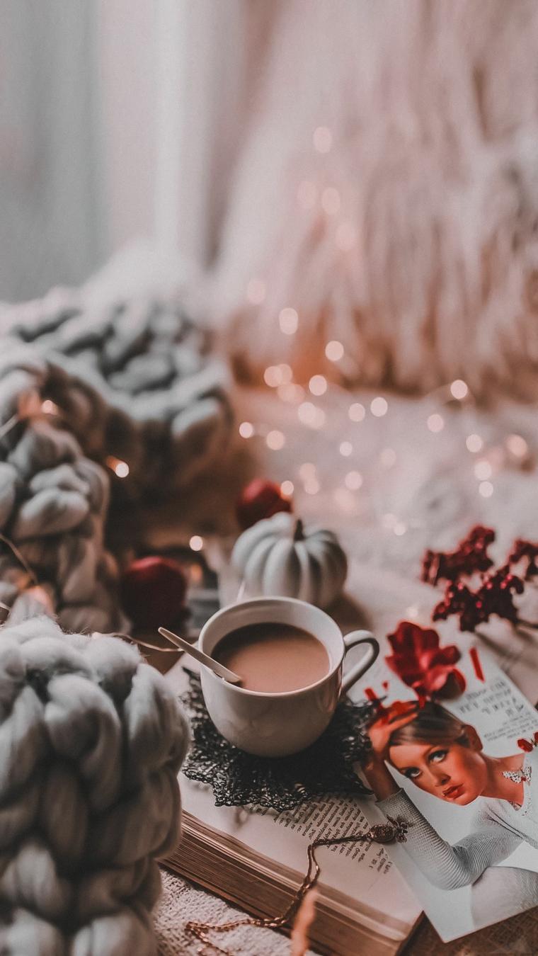 immagini natalizie stilizzate foto di tazza di cioccolato su delle decorazioni di natale