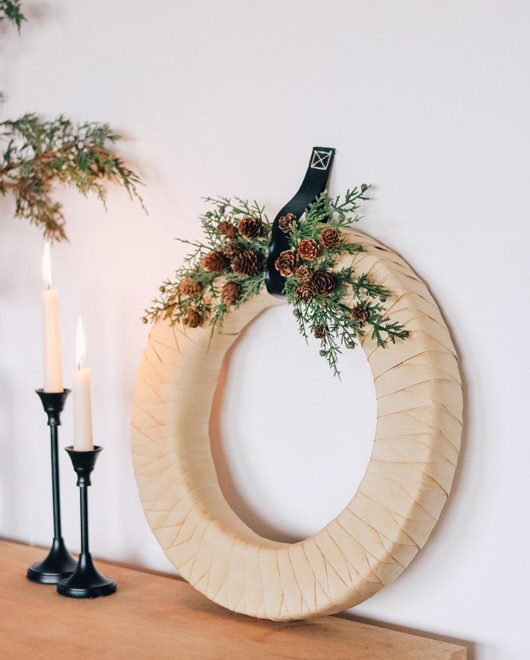 lavoretti con le pigne corona natalizia con rami verdi e mini pigne