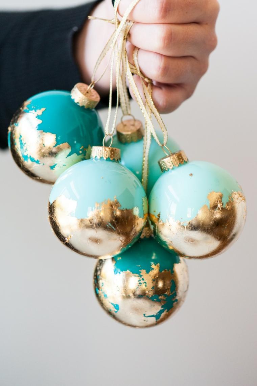 lavoretti di natale fai da te facili palline di plastica colorate effetto marmo