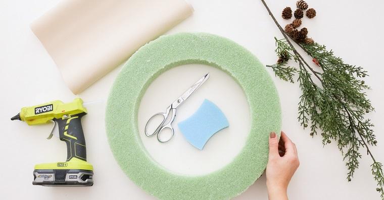 materiali necessari per creare corona di natale con rami verdi e mini pigne
