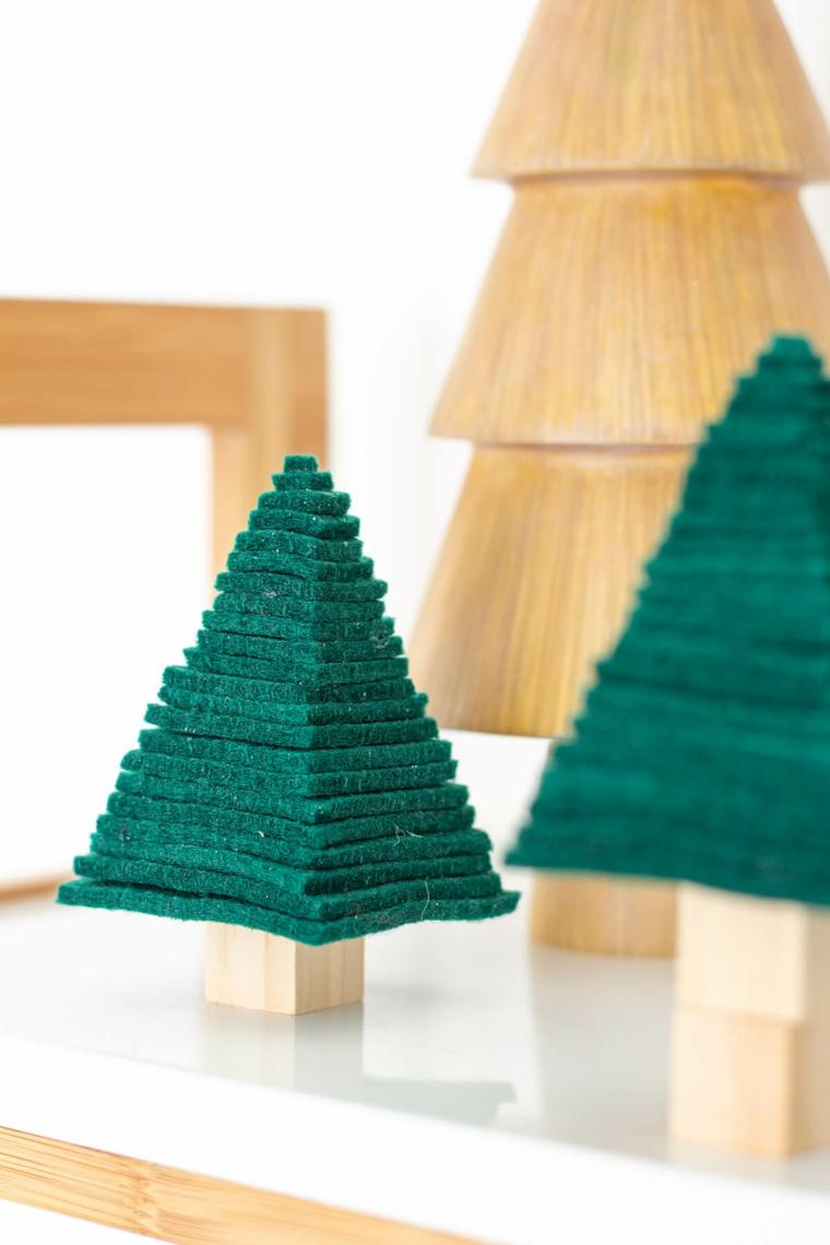 mini alberi di natale addobbati eleganti feltro a strati su base di legno