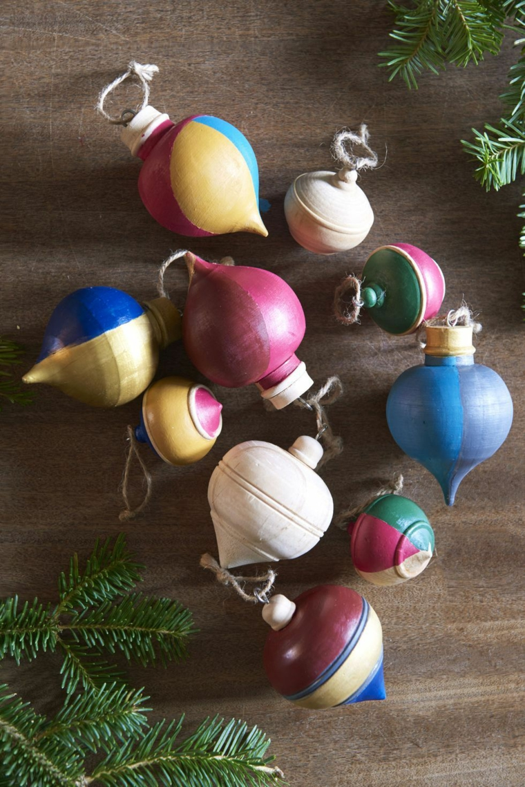 ornamenti di legno per decorare l albero natalizio rametti di pino verdi