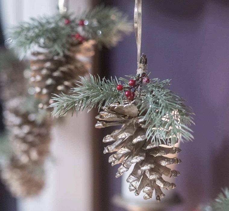 ornamento da appendere con rami verdi e bacche lavoretti natalizi fai da te