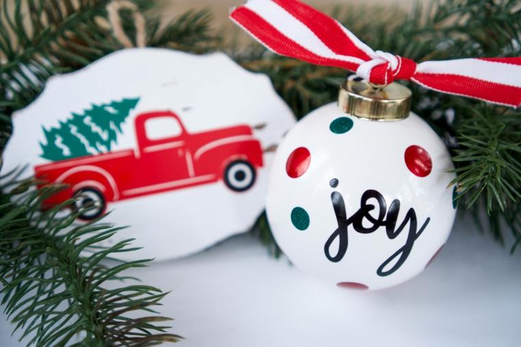 pallina natalizia dipita di bianco decorata con scritta decorazioni natalizie fai da te 2020