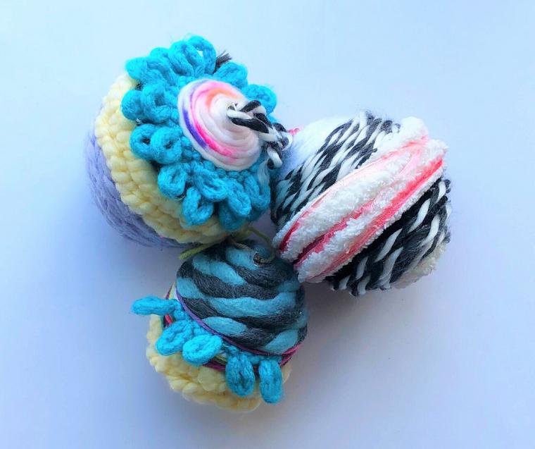 palline di natale fai da te 2020 ornamenti di lana colorata per decorare albero natalizio