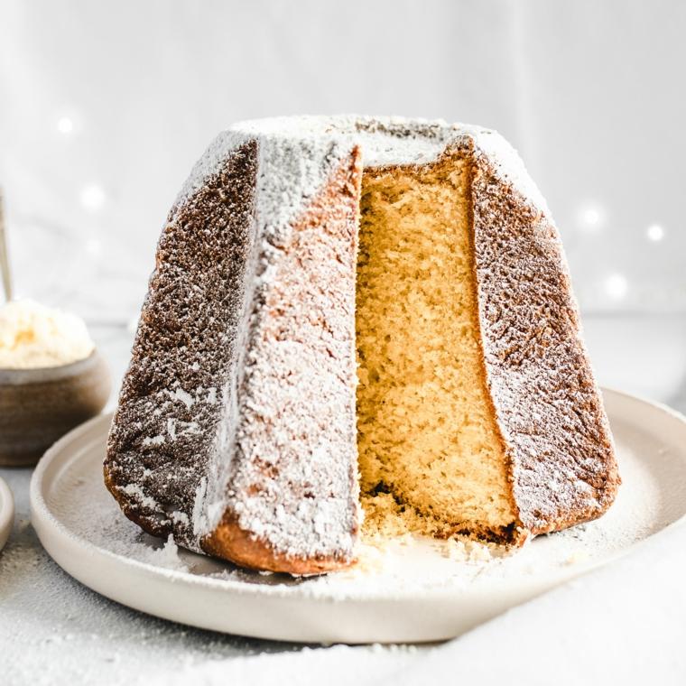 pandoro classico italiano ricoperto con zucchero a velo dolci italiani per natale