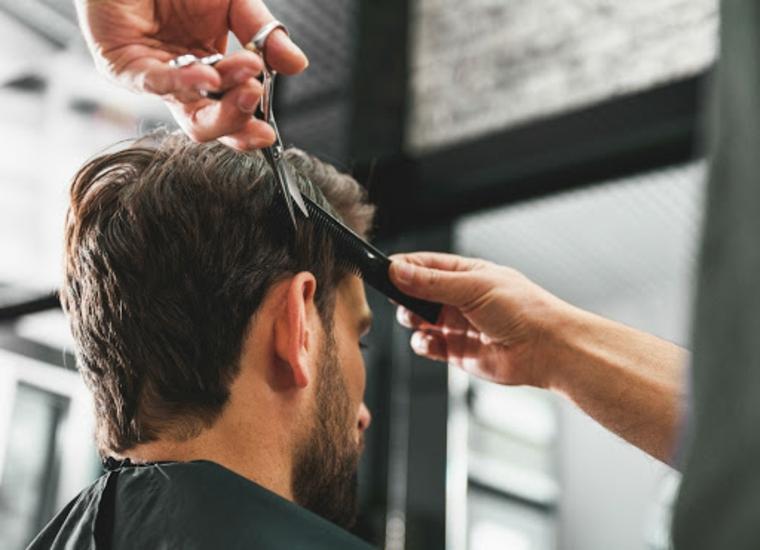 ragazzo con barba dal parrucchiere tagliere i capelli mossi uomo