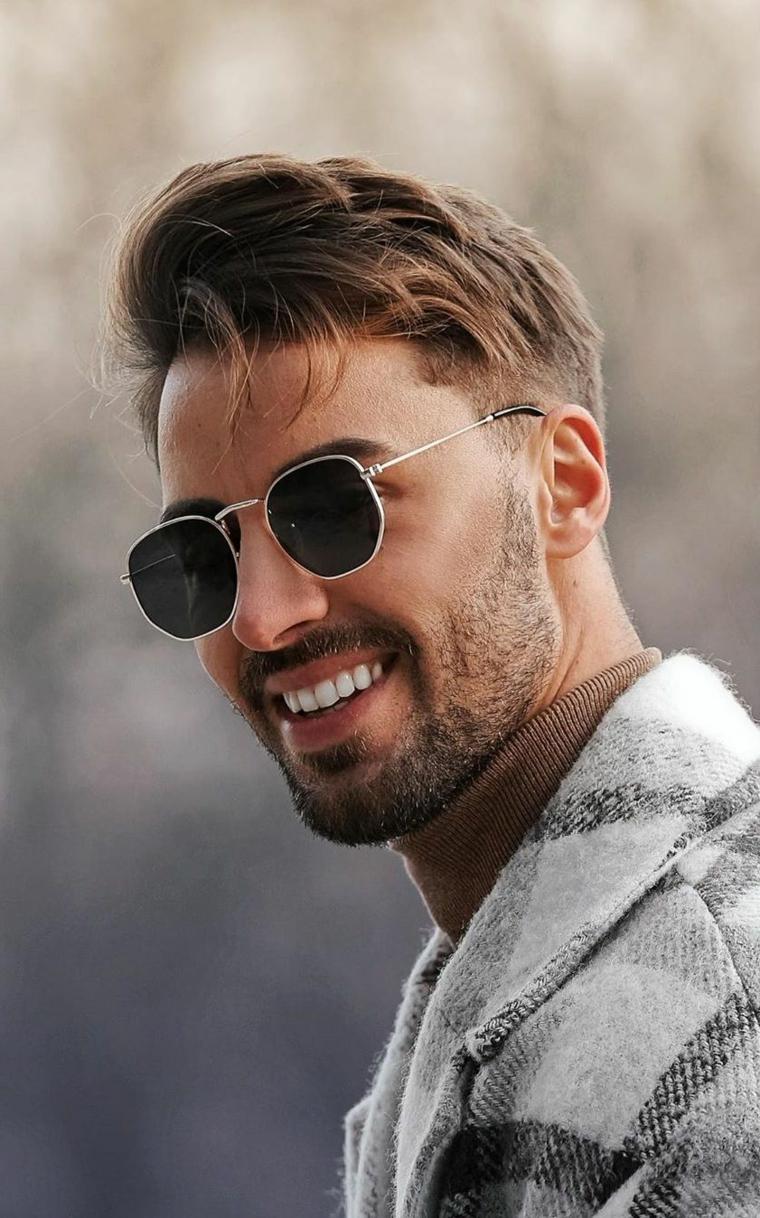 ragazzo con occhiali da sole capelli lunghi uomo rasati ai lati viso maschile con barba