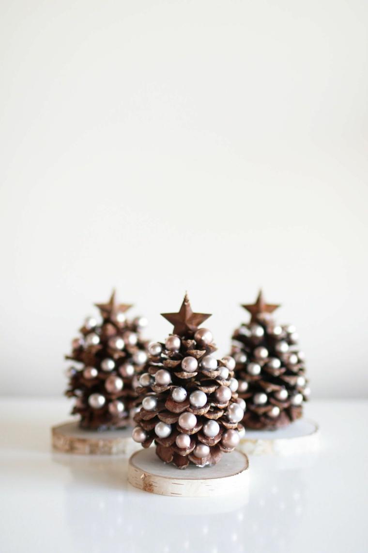 regali di natale economici tronchetti con pigne forma albero natalizio