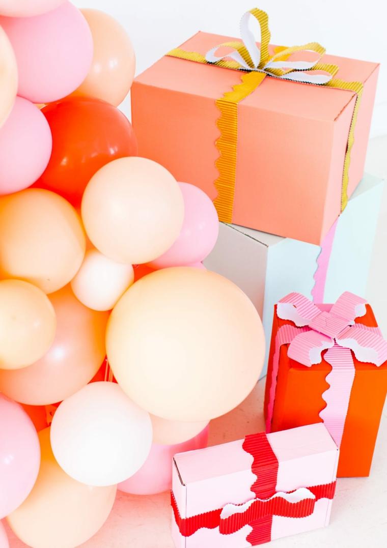 regali incartati scala con palloncini colorati alberi di natale 2020 tendenze