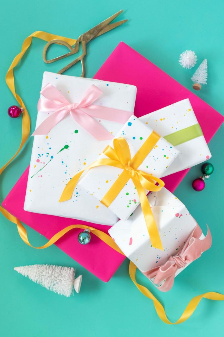 regali natale amiche scatole scartate con fiocchi e schizzi di colore